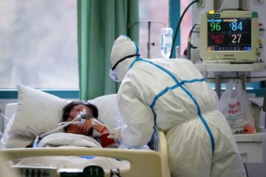 «Никаких людей в костюмах химзащиты нет, в больницах в Ухане разве что»