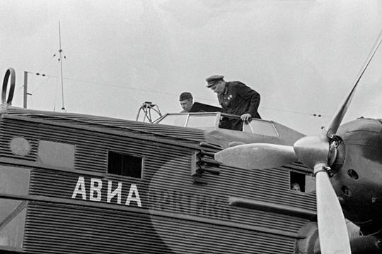 Михаил Водопьянов, летчик, Герой Советского Союза, перед полетом в Арктику.