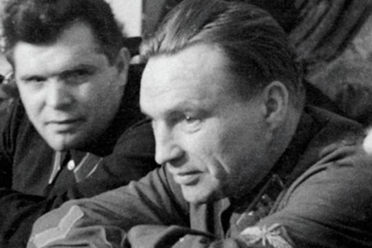 Герои Советского Союза, летчики Михаил Водопьянов (1899—1980) и Валерий Чкалов (1904-1938) (справа)