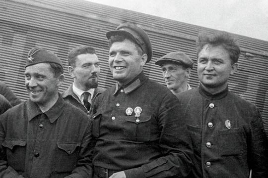 Михаил Водопьянов (в центре)