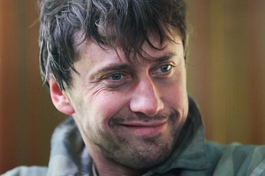 Появился на конференции и исполнитель главной роли — Павел Прилучный — в лагерной робе и со взлохмаченной шевелюрой