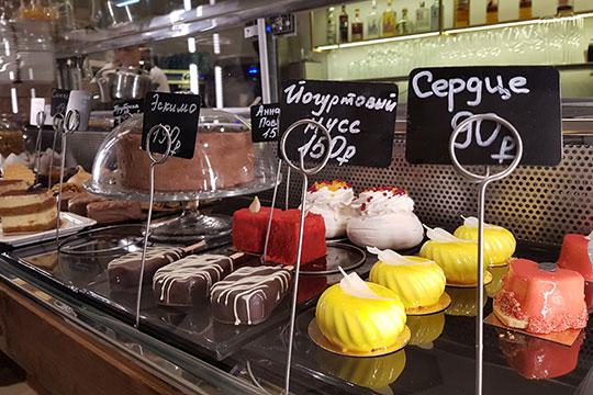 Десерты очень приличные. Ими тут, если верить «Инстаграму» заведения, занимается шеф-кондитер Захарий Зобнин
