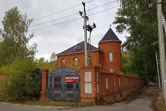 Вторую строчку в топ-5 самых дорогих объектов Борового занимает приметное краснокирпичное здание с башенкой