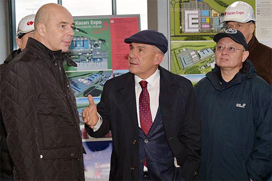 Антон Силуанов сразу после приезда бегло осмотрел выставочныйкомплекс «Казань Экспо»: ознакомился с ходом строительных работ, оценил выставочные помещения и соревновательную зону, после этого поспешил на заседание в Кремль