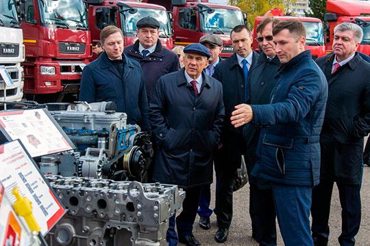 К органному залу, где традиционно КАМАЗ и сподвижники отмечают День машиностроителя, Минниханов приехал в сопровождении Магдеева, Когогина иАльберта Каримова