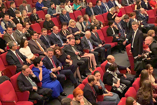 Вечер празднования 99-летия завершался в Русском драматическом театре.Делегация высоких гостей вошла в зал одним потоком, во главе которого была Альфия Каримова