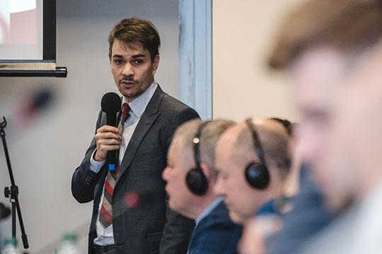 Форум тутже начался свыступления большого спикера— руководителя российского офиса ЛаЛигиДаниэля Серехидо
