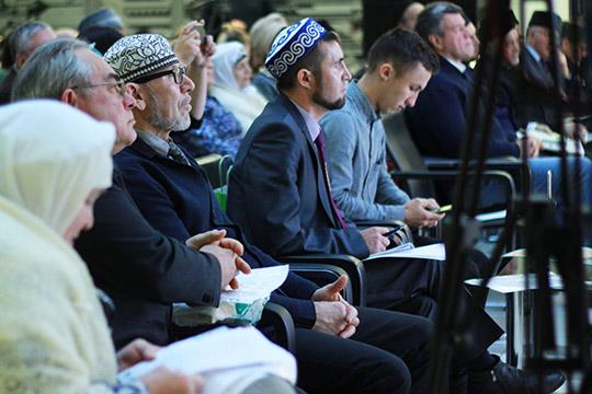 Дамир Исхаков (третий слева):«Унас есть все учебники для татарских школ, нониодного изних нет всети! Нужно выложить все это всеть, поскольку современный ребенок уже стрехлетнего возраста сидит винтернете»
