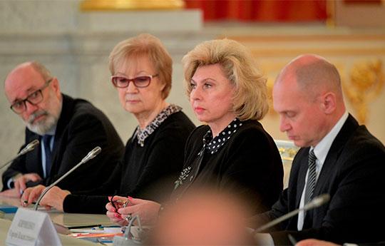 Общение Путина справозащитниками продолжалось чуть более полутора часов. Поднимались самые разные темы— например,положениеиностранцев вроссийских СИЗО