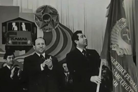 Переходящее знамя Набережным Челнам получает мэр города Ринат Гилязов Слева - Раис Беляев