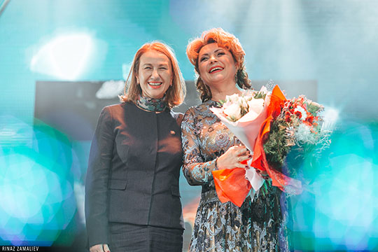 Те, кто вручал призы артистам, практически все выступали по-татарски. Министр культуры Аюпова даже успела поздравить всех с началом года театра