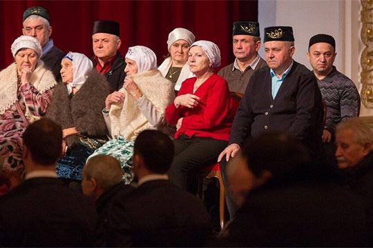 Вакиф Гараев (слева),Зайнап Гараева (вторая слева) иИльхам Хазеев (справа) на церемонии прощания сИльгамом Шакировым