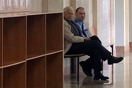 В суд бывший прокурор приехал не один. Компанию ему составил сын Наиль Уразбаев, который пошел по стопам отца — также служит в надзорном ведомстве