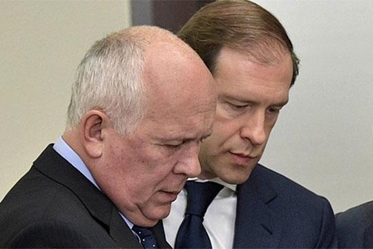 Фиксируется напряжение в общении главы Ростеха Сергея Чемезова (слева) и вице-премьера Дмитрия Козака. В результате этого теряет баллы глава Минпромторга Денис Мантуров (справа)