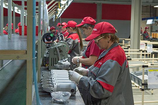 Сейчас назаводе трудится 136 сотрудников (влучшие времена— около 700 человек). Изних чуть меньше половины находится воплачиваемых административных отпусках, имвыплачивается 2/3 отоклада