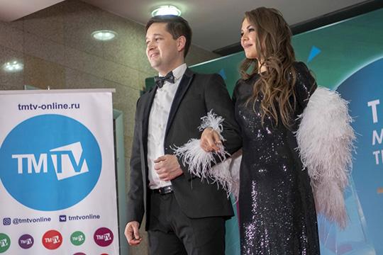 Чести открыть концерт церемонии вручения призов TMTV удостоился Ильдар Хакимов, сначала он исполнил сольную песню, а зтем выстпил вместе с супругой Гузель Уразовой
