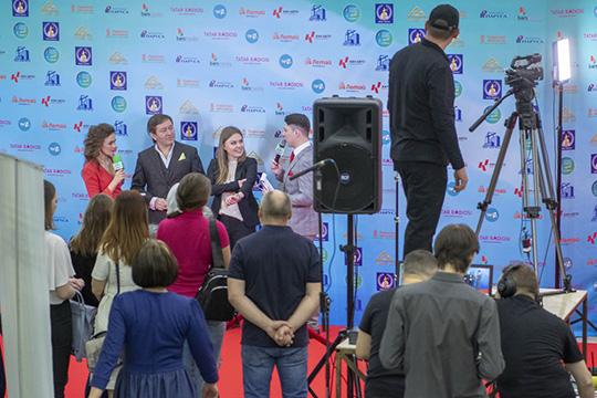 Завершил эту часть церемонии ветеран татарской эстрады Айдар Галимов, его, как и положено, сопровождала хозяйка мероприятия Гараева