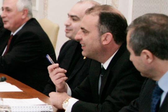 Иво Каменов (второй справа)известен нетолько вБолгарии, оего бизнесе писали иамериканские дипломаты— эти депеши благополучно «утекли» вWikiLeaks. Партнерам бизнесмена приписывают членство вгруппировке «ТИМ»