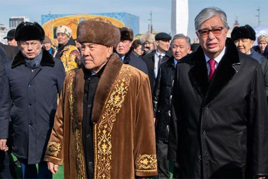 Номинально сегодня президентом Казахстана являетсяКасым-Жомарт Токаев(справа), ноего часто представляют как временщика, которому дали порулить довыборов