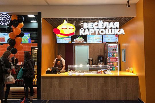 ВТЦ«Кольцо» закрылся фастфуд «Das Колбас». Нафудкорте его сменила «Веселая картошка»