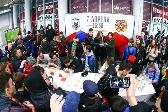 Нанеделе «Рубин» сделал майки сизображением шаурмы, аперед игрой с«Арсеналом» провёл чемпионат поеёпоеданию среди болельщиков клуба