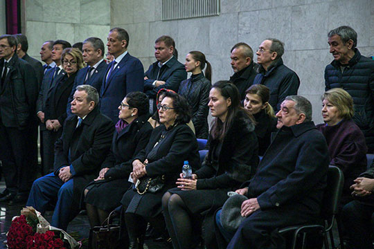 Жена Лихачева Наиля Иматовна (в центре) — невысокая, вся в черном — держалась, а дочь Рината рыдала