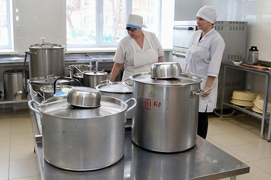 На1сентября 2018 года нашкольных кухнях нехватало 40% поваров ипочти половины кухонных работников! Сейчас, правда, укомплектованность— 93% и87% соответственно