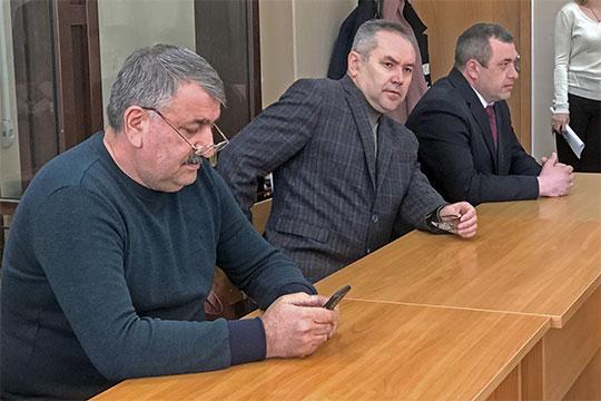 «Прижмите задницы к стулу!», — пытался отбиться от прессы адвокат Сейран Ахмедов (слева), в довольно резкой форме предлагая журналистам не маячить по залу