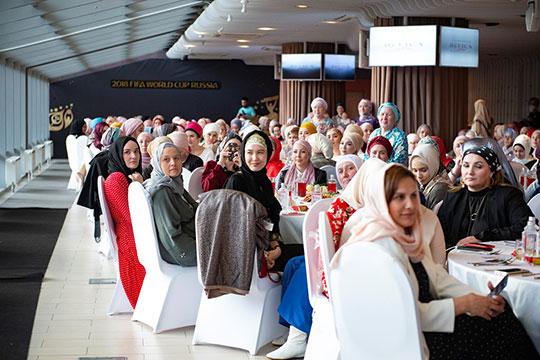 В субботу на «Казан Арене» прошел Fashion Iftar, который собрал «за одним столом» 500 представителей прекрасной половины человечества