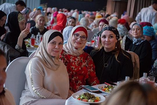 Рейна Алиева (в центре): «Что касается татарок, то они, по сравнению с другими мусульманками, очень социально активны»