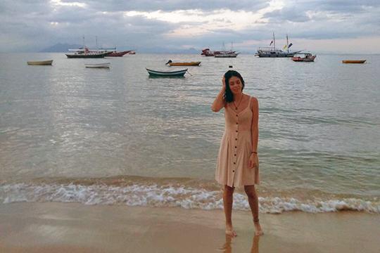 «Пляжи, вопреки ожиданиям, оказались не сказочными — никаких пальм, нависающих над водой, никакой зелени, подбирающейся к берегу»