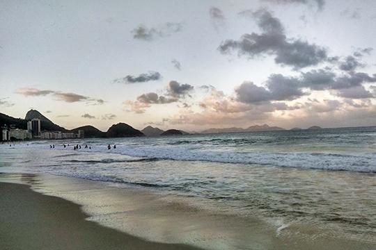 Копакабана: волны высокие ихолодные, брызги периодически перелетают береговую линию инеприятно холодят еле согреваемую закатным солнцем кожу