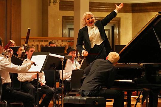 Нашестом концерте задирижерский пульт встала обаятельнаяЛариса Габитова— дирижер волгоградской «Царицынской оперы»