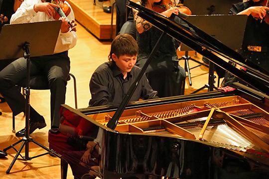 Сергей Давыдченко виртуозно исполнил третью часть изсонаты №7 для фортепиано Прокофьева