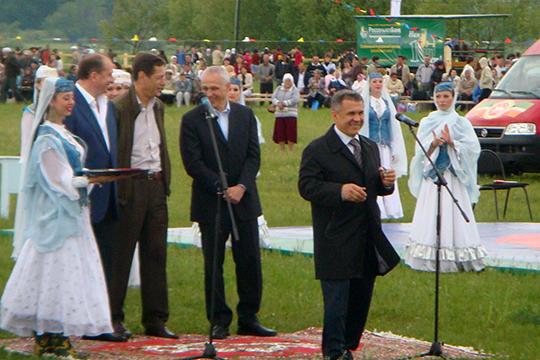 Ровно 10 лет назад напервом Всероссийском сельском сабантуе, который также прошел вСамарской области Минниханов впервые вкачестве президента Татарстана появился напублике вне республики