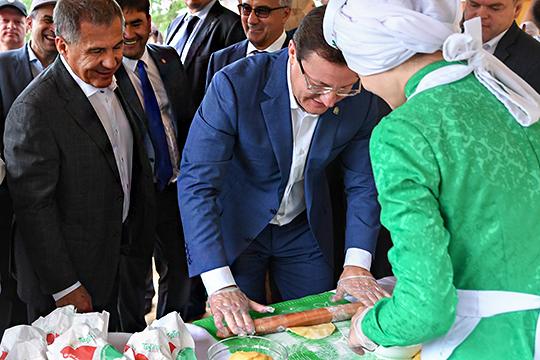 Минниханов – Азарову: «Это татарский «Макдоналдс», угощайтесь!»