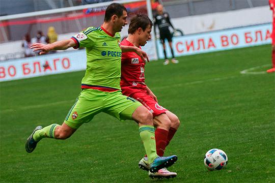 Алан Дзагоев (слева)