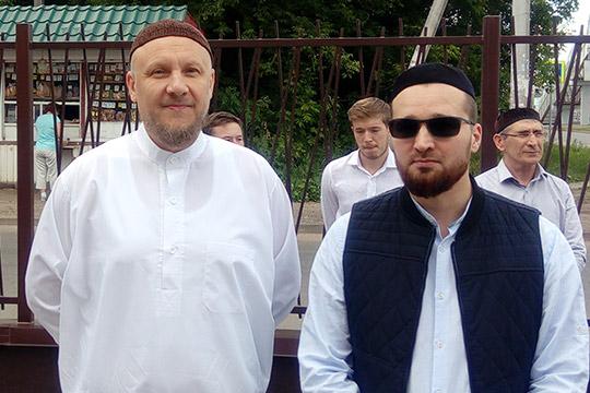 Айдар Шагимарданов (слева):«Мыочень хотим, чтобы мечетей было больше, потому что видим, как накаждый пятничный намаз мест нехватает, люди приносят коврики ичитают намаз наулице»