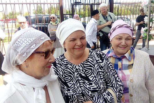 Изиля Салахова (в центре)призналась, что постройка мечети было делом чести для всей семьи