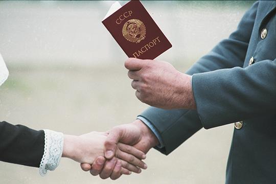 Так, например, паспорт с серпом и молотом можно приобрести за 3500 рублей. Водительское удостоверение — за 2000 рублей, а автомобильный номерной знак обойдется примерно в 1700 рублей