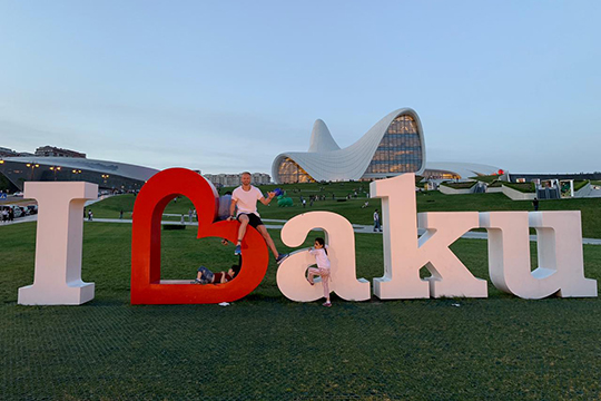 «Баку произвел впечатление— очень чистый город, скрутой архитектурой, особенным отношением людей. Это второй город после Лондона, вкоторыйбы явозвращался ивозвращался»