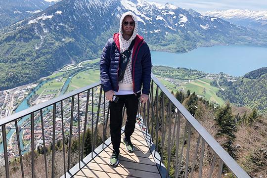 Интерлаке — старинный курортный город в Швейцарии расположен в узкой долине между озерами Тун и Бринц. Специальные паровозики поднимают туристов на высоту 1800 метров