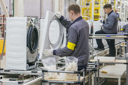 Внастоящее время завод готов на99%, нопри этом укомплектованность кадрами пока составляет лишь60%. Заводу требуются специалисты, связанные слитьем пластмассы, штамповкой металлических изделий, атакже сокраской