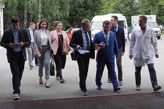 До самого заседания организаторы, видимо, решили довести экспертов до нужной кондиции, для чего два дня возили по татарстанским больницам в сопровождении Марата Садыкова