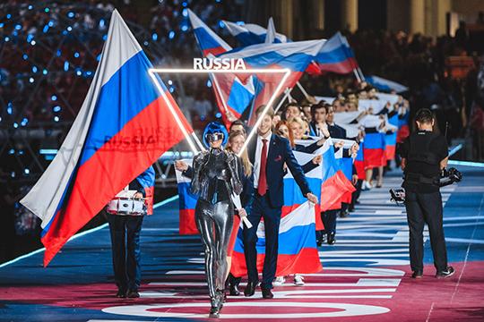 Наши «рабочие спортсмены» шли в отличие от остальных команд длинной колонной, от чего казалось, что российская сборная — самая многочисленная на чемпионате