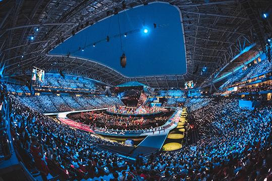 В один такт мерцающий разными цветами стадион выглядел эпично. Особенно, когда замыкала парад сборная из России