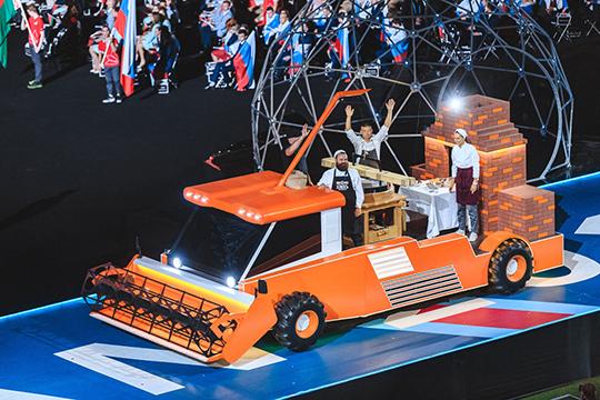 На сцене появилась мобильная пекарня, стилизованная под комбайн, с хлебопеками на борту. У них была особенная миссия – они должны были испечь хлеб для участников чемпионата