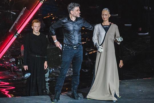 Дэвид Хансон вышел насцену вместе сосвоим творением, которая как живой человек махала рукой взнак приветствия