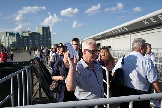 Стягиваться народ к стадиону накануне начал загодя, примерно за пару часов до начала мероприятия