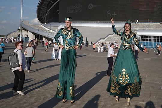 Пройдя на территорию стадиона всех посетителей встречали аниматоры. Особенно нарасхват были актеры на ходулях, облаченные в национальные татарские костюмы